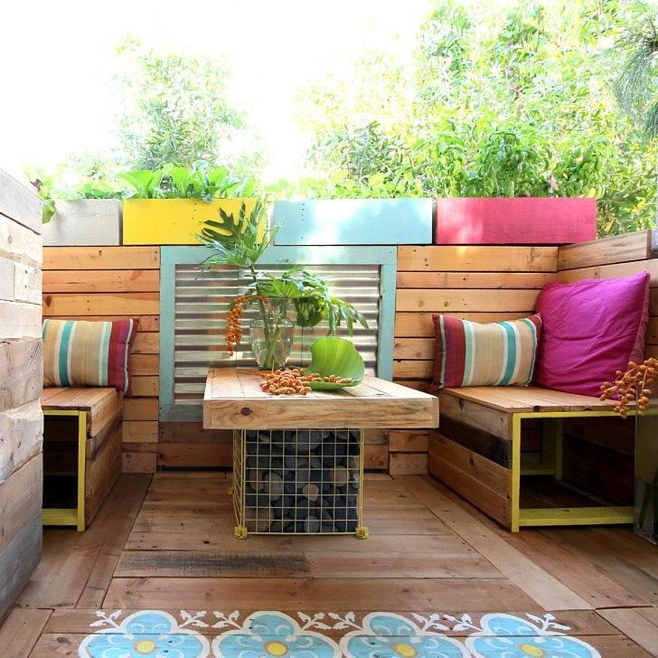 Meubler une terrasse de palettes et des couleurs vives