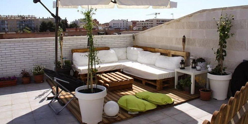 Terrasse confortable meublée de palettes de bois