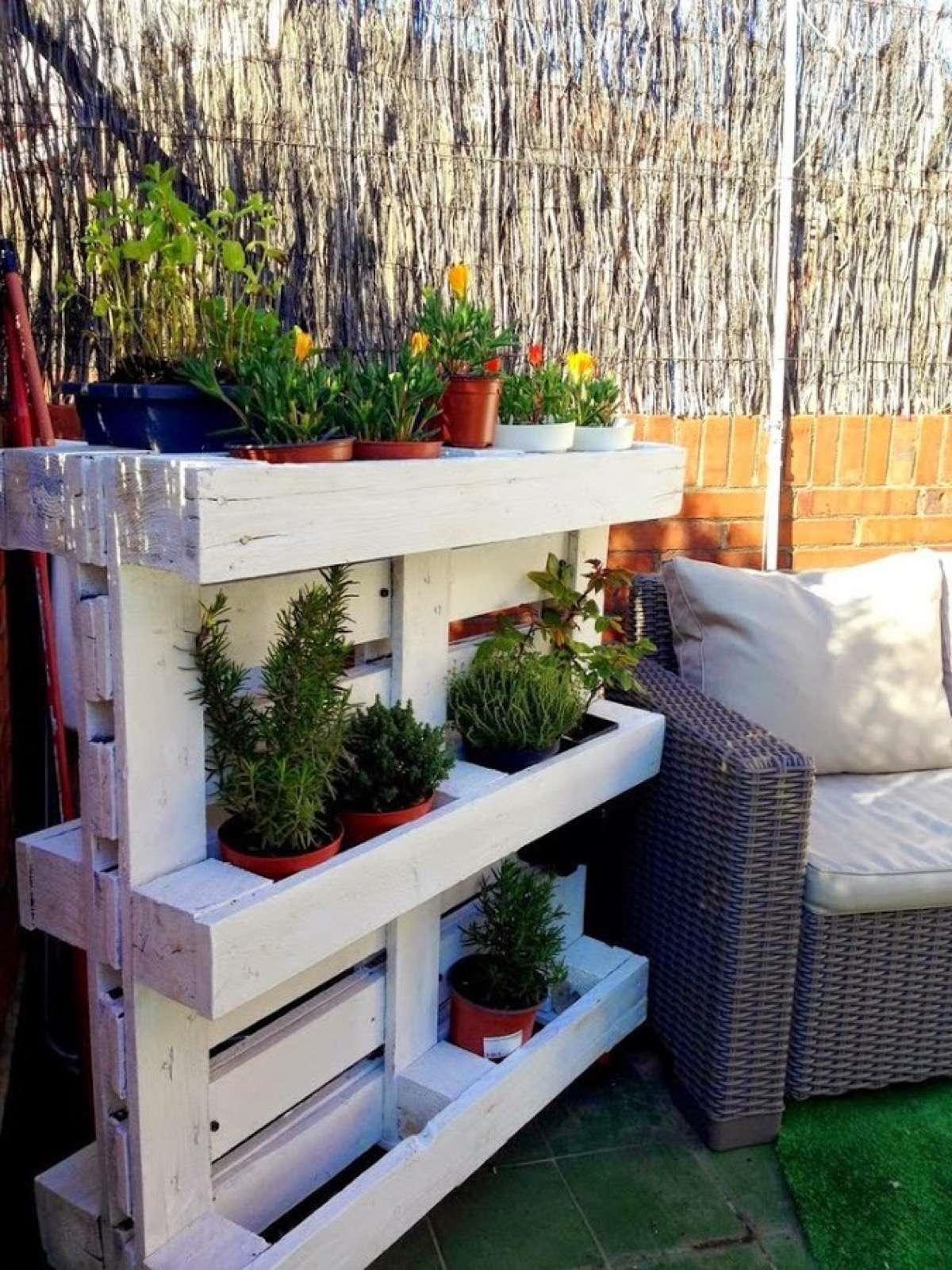 Décoration sur une terrasse avec des palettes de bois