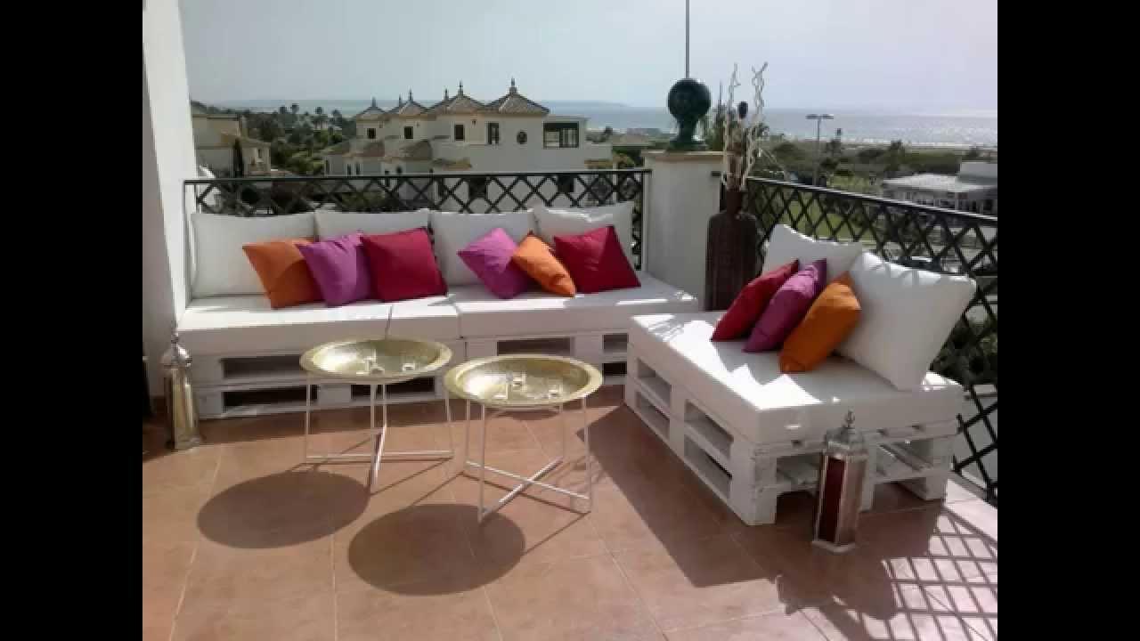 Terrasse ensoleillée meublée avec des meubles de palettes en bois