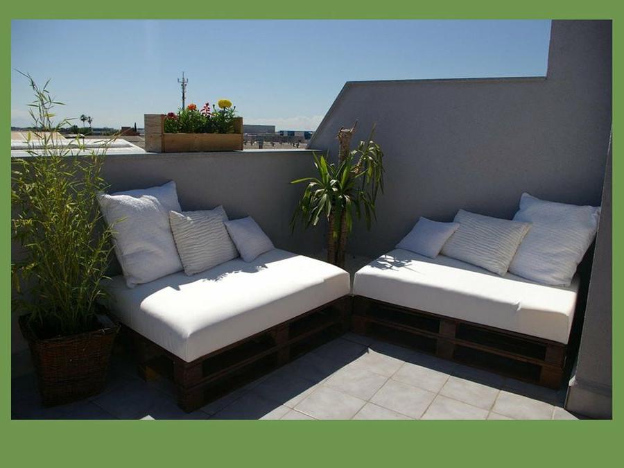 Terrasse meublée moderne avec des meubles en bois sur palette