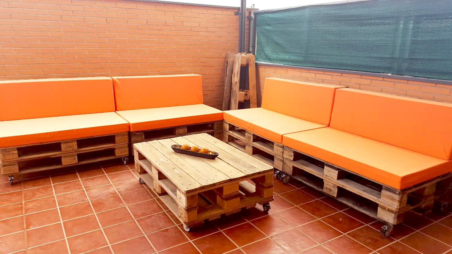 L'idée de meubler en orange sur la terrasse avec des meubles en palette