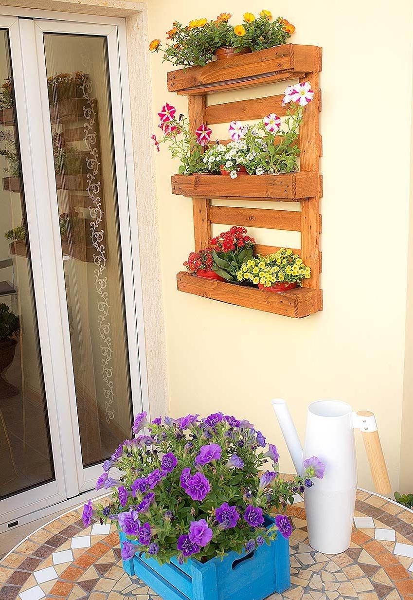 Idée pour une étagère murale pour fleurs sur la terrasse