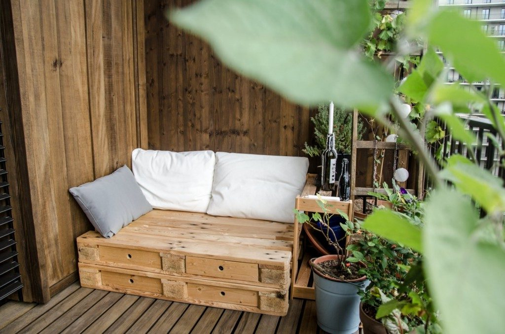 Terrasse confortable faite de palettes en bois
