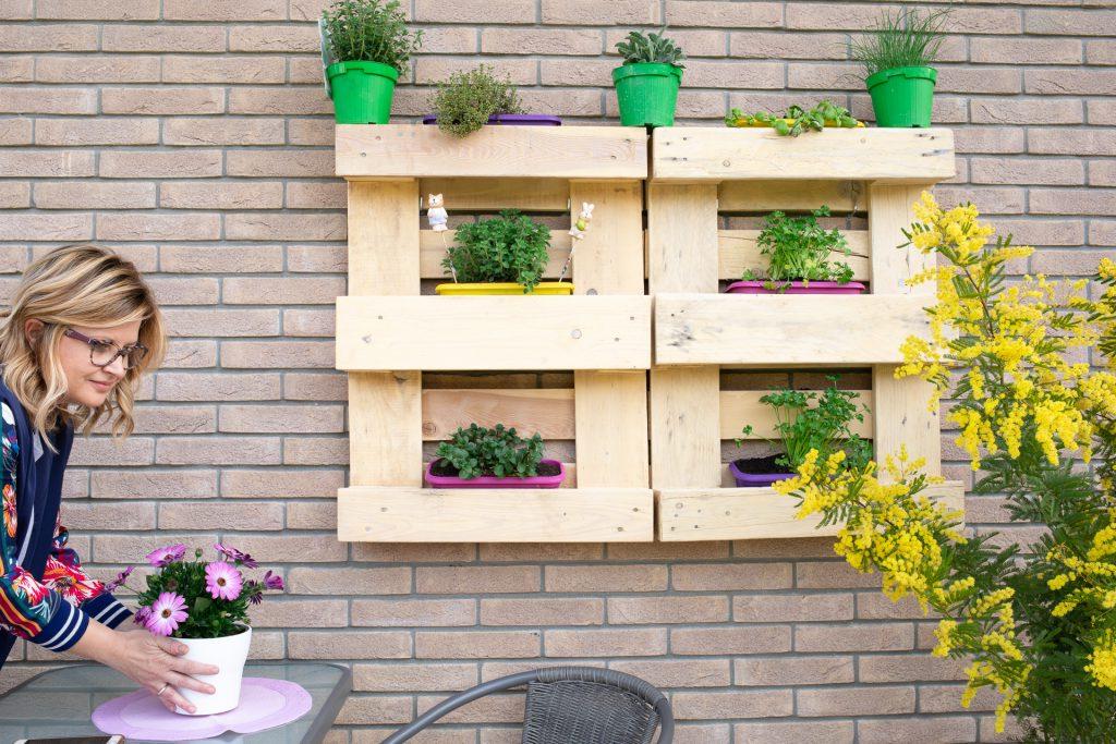 Étagères de palettes pour la terrasse avec des fleurs