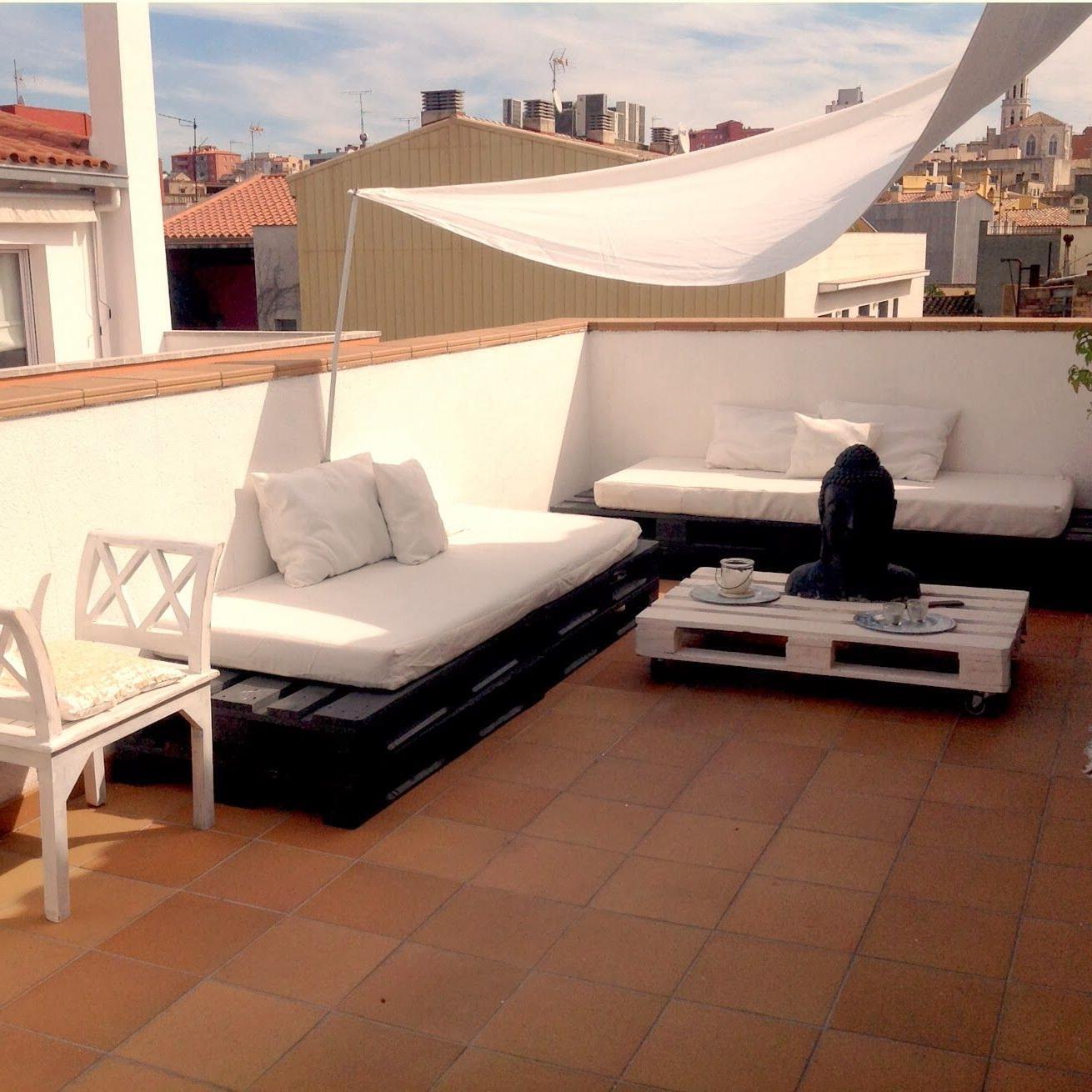 Meubles élégants sur la terrasse de palette