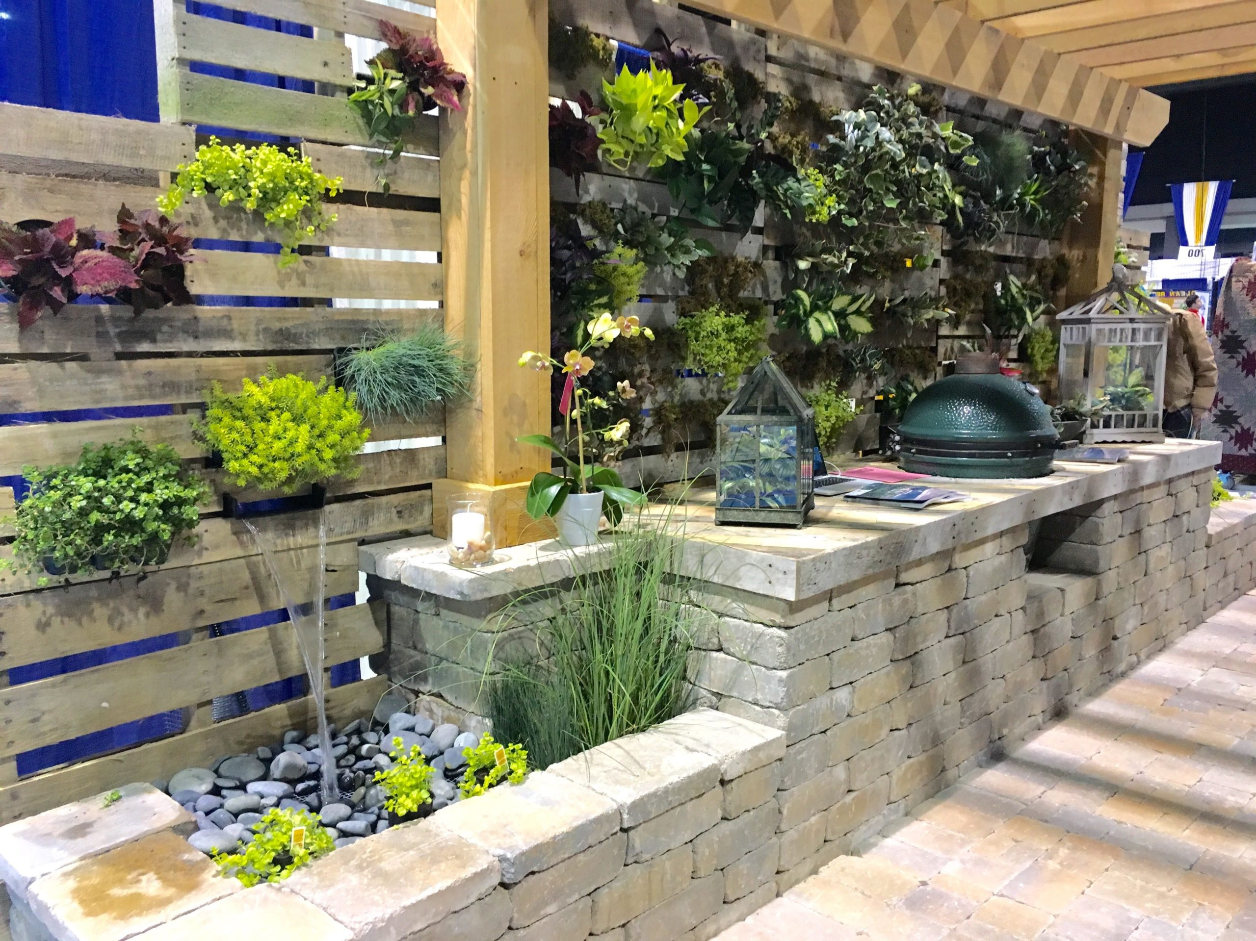 Mur végétal réalisé avec des palettes.