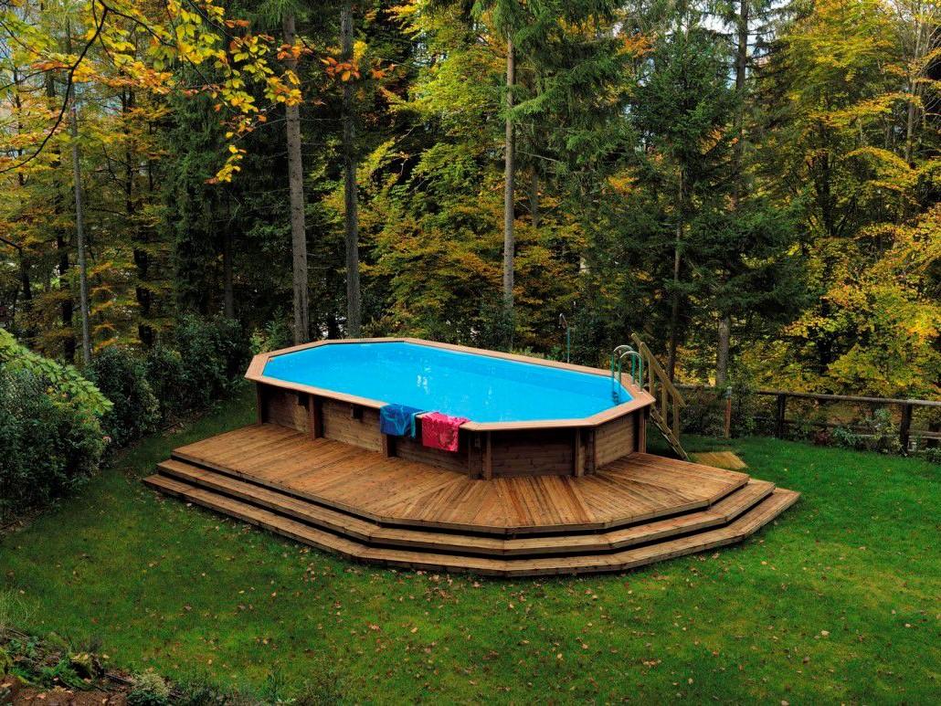 Piscine hors sol en bois de grandes dimensions.