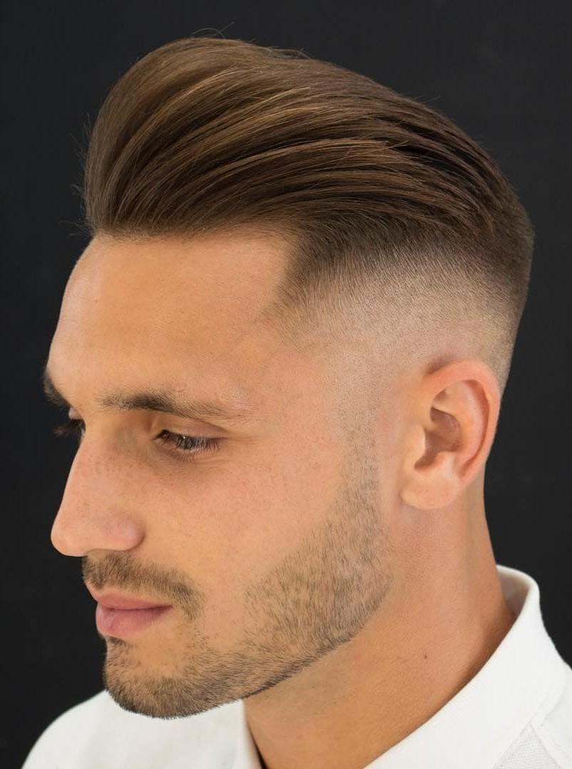 Apprenez à coiffer le pompadour en quelques étapes simples.