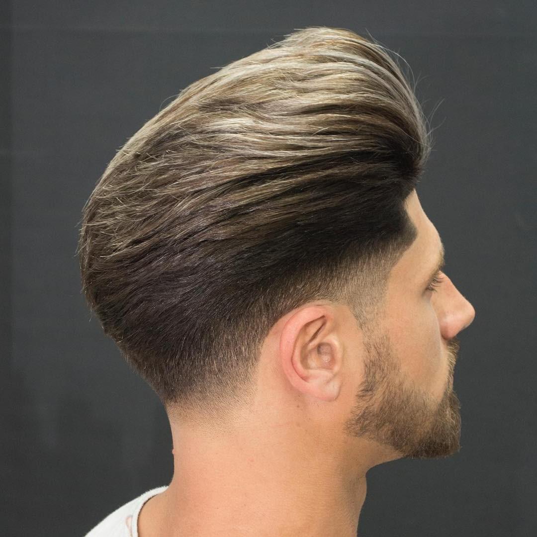 La première étape pour coiffer la coupe Pompadour est de recouvrir vos cheveux de pommade.