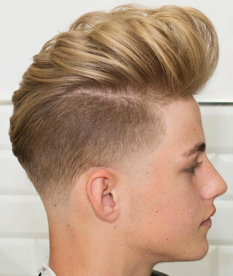 L'approche la plus simple est de prendre quelques généreuses gouttes de pommade et de les appliquer dans vos cheveux.