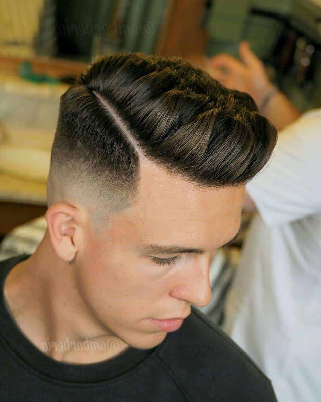 Alternativement, vous pouvez soulever vos cheveux avec un peigne, puis appliquer la pommade.