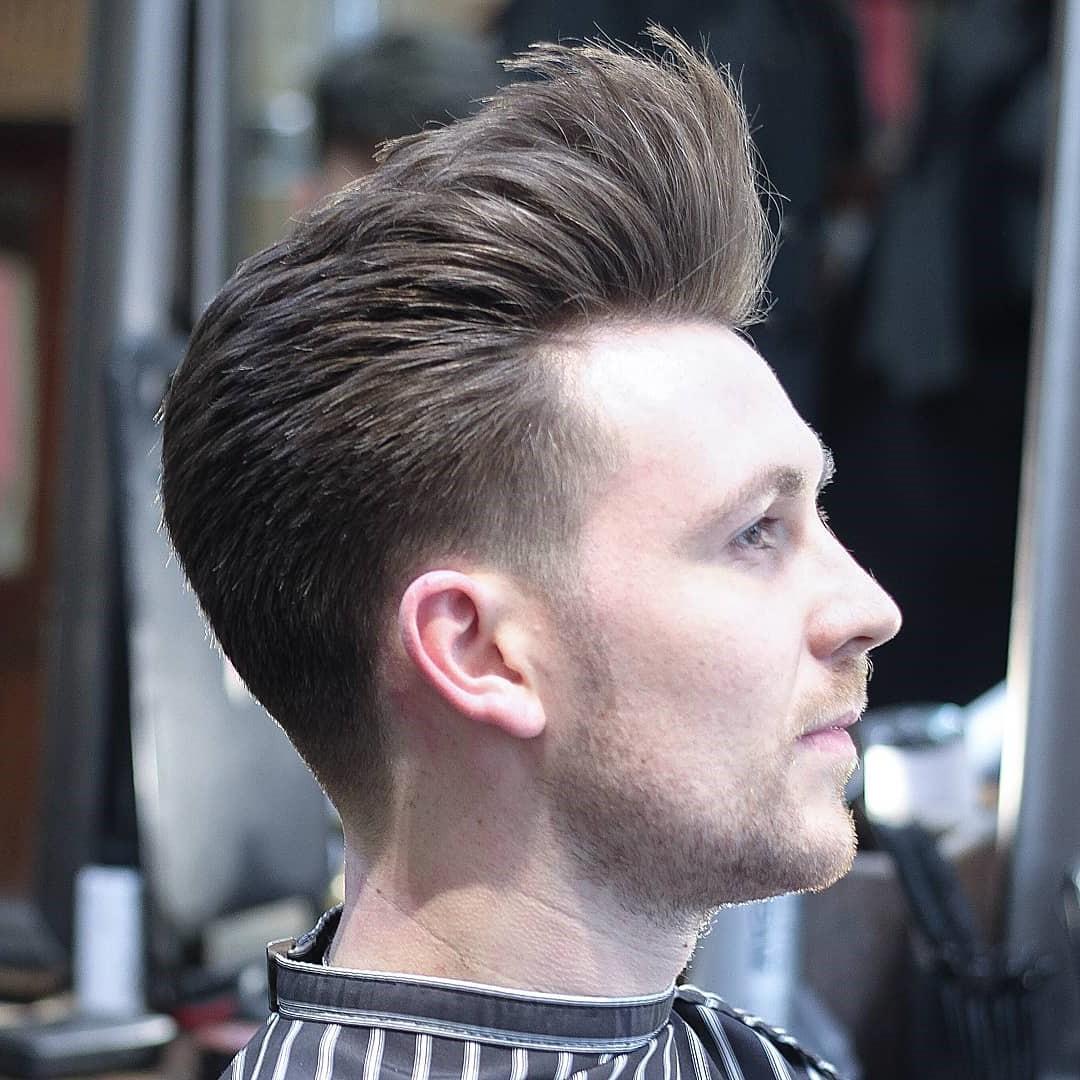 Pour séparer vos cheveux, choisissez simplement une ligne de séparation (au-dessus du sourcil gauche, c'est bien) et peignez les cheveux dans des directions opposées.