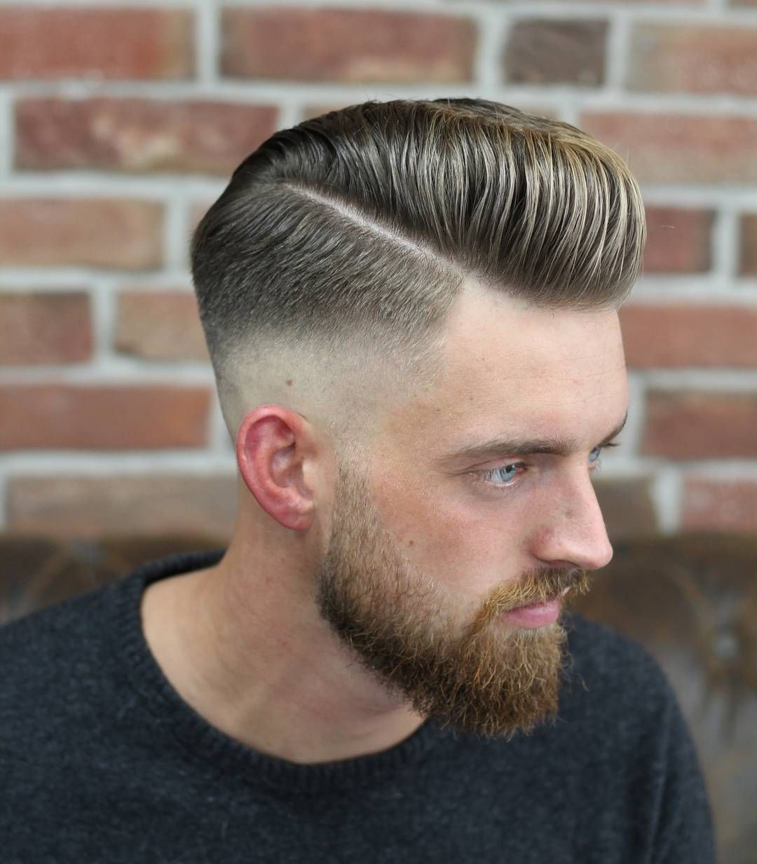 Grâce aux produits capillaires qui donnent un coup de pouce supplémentaire aux cheveux, le style pompadour convient également aux cheveux fins.