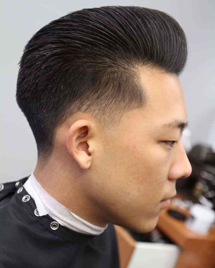 Cheveux coiffés en Pompadour élégant.