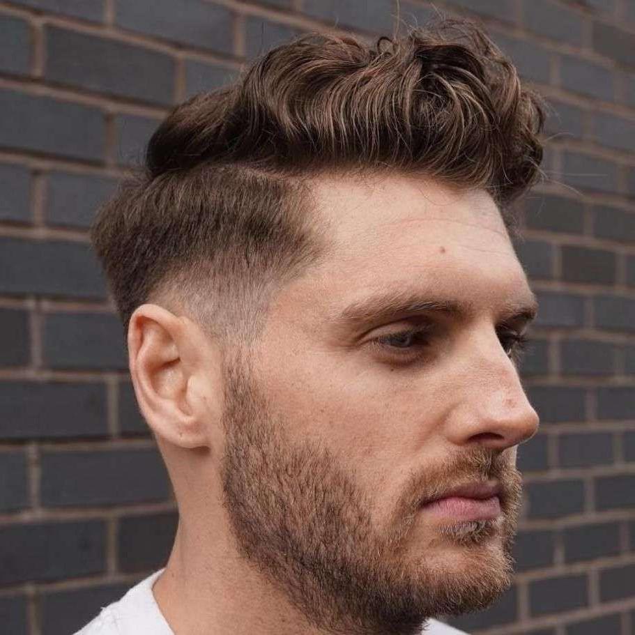 La coupe Pompadour convient même aux cheveux bouclés.