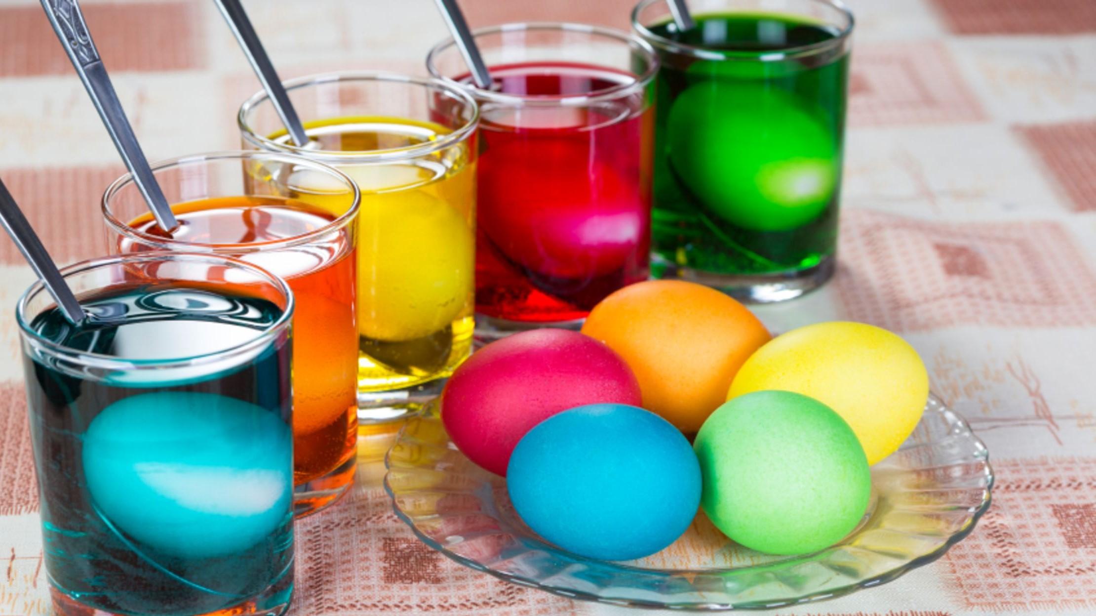 Bricolage de Pâques pour adultes: créez votre propre teinture d'oeufs naturelle.