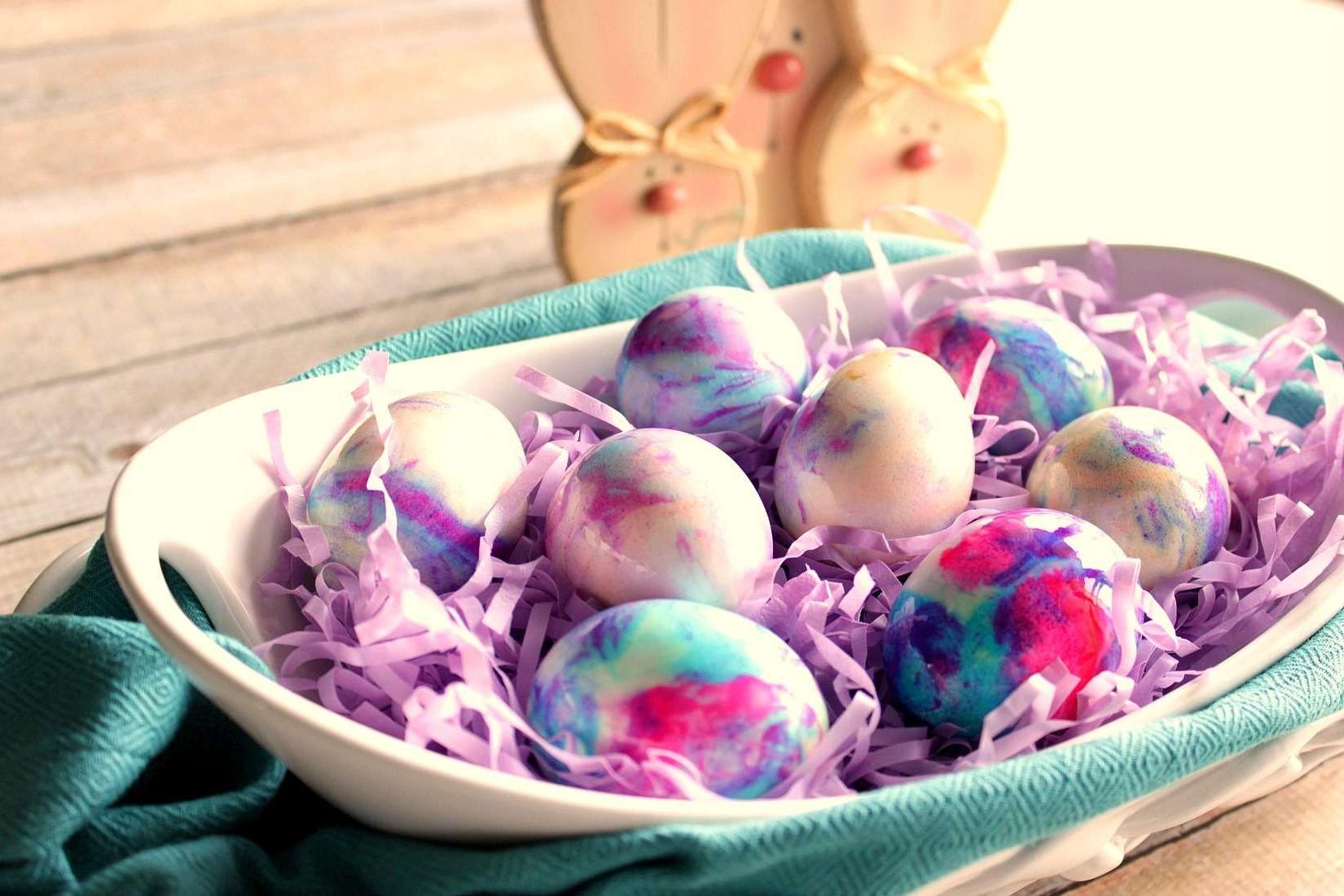 Présentez les œufs colorés dans un '' nid ''.