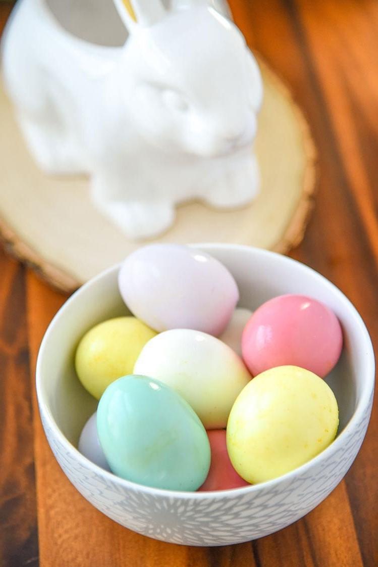 Bricolage de Pâques pour adultes: oeufs teints naturellement.