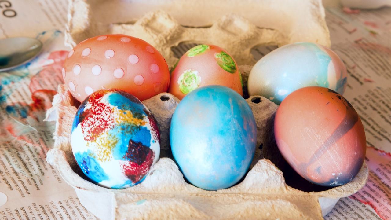 Oeufs de Pâques multicolores.