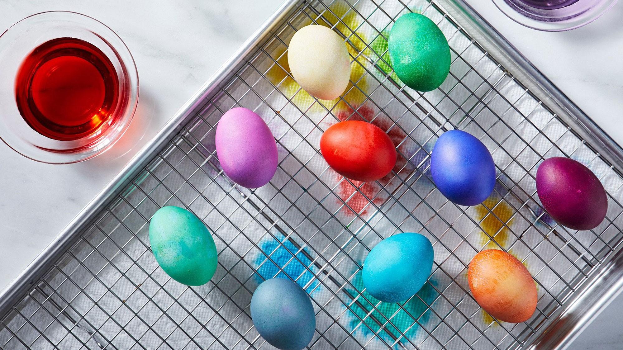 Un gaz est libéré à mesure que l'œuf vieillit, ce qui permet de séparer la peau de l'œuf
