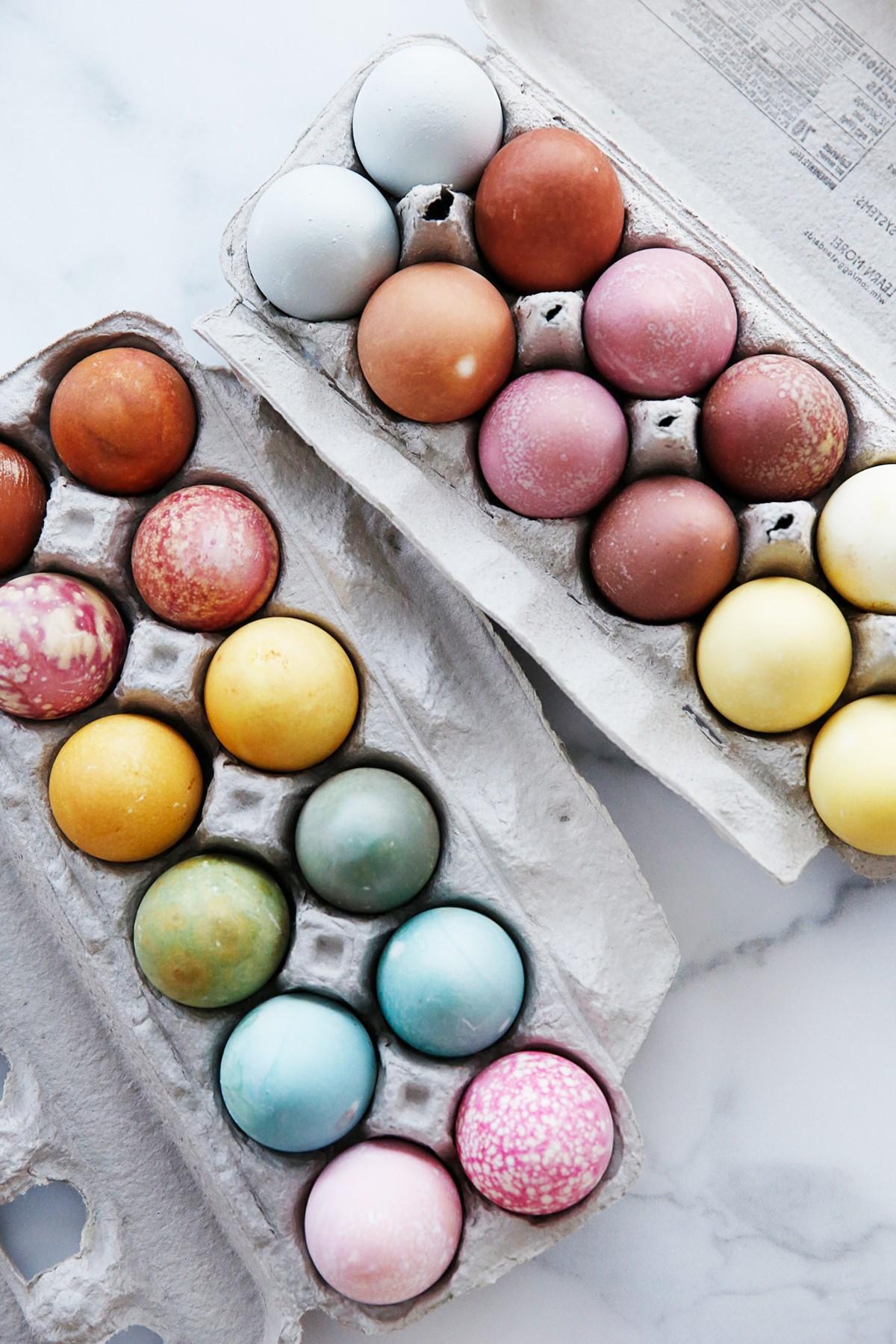 Bricolage de Pâques pour adultes: si vous utilisez un autocuiseur électrique, placez les œufs sur l'insert de la grille.
