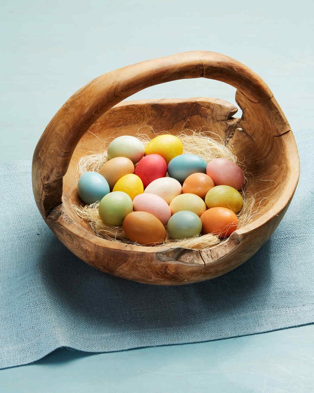 Bricolage de Pâques pour adultes: colorez les oeufs de Pâques à la maison.