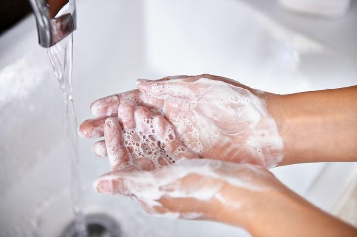Se laver les mains avec du savon ou de l'alcool