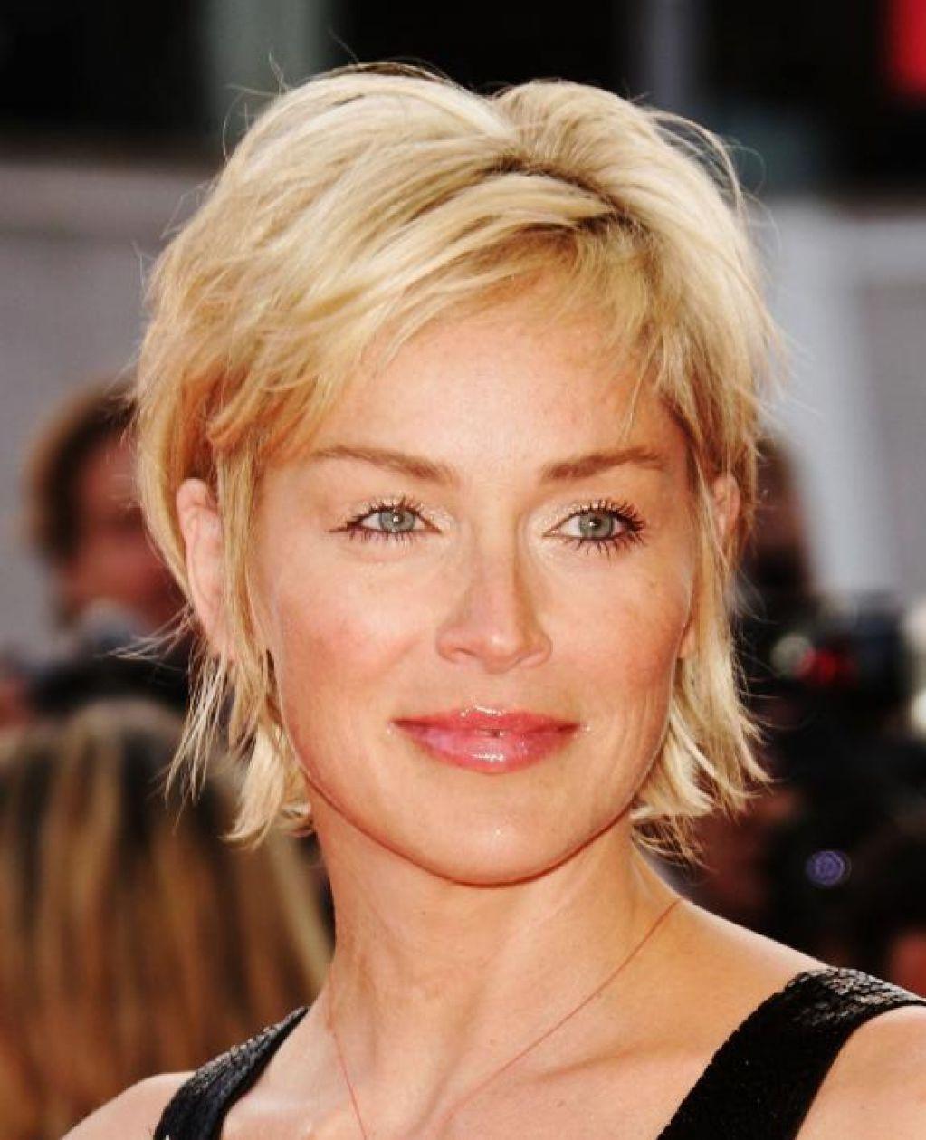Sharon Stone avec une coupe de cheveux courte.