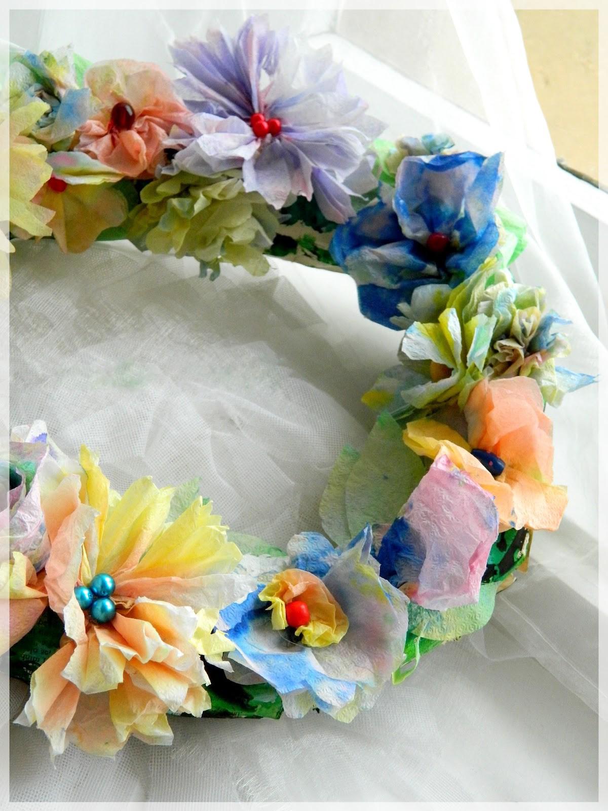 Une belle couronne de Pâques faite par soi-même avec des fleurs en papier