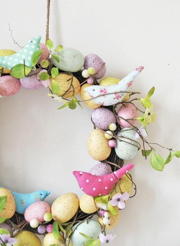 Couronne de Pâques à faire soi-même avec des oiseaux textiles