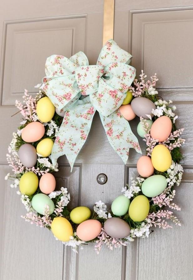 Couronne de Pâques à réaliser soi-même avec des œufs artificiels