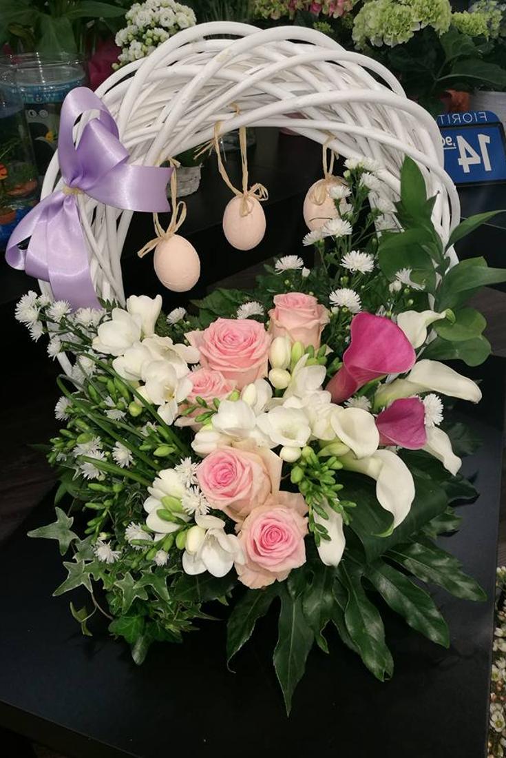 Couronne de Pâques à faire soi-même avec de nombreuses fleurs