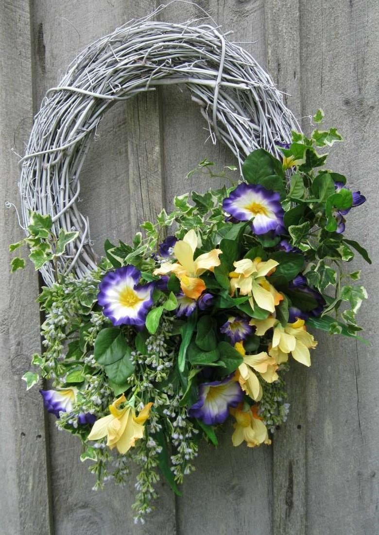 Couronne de Pâques à faire soi-même avec des fleurs suspendues