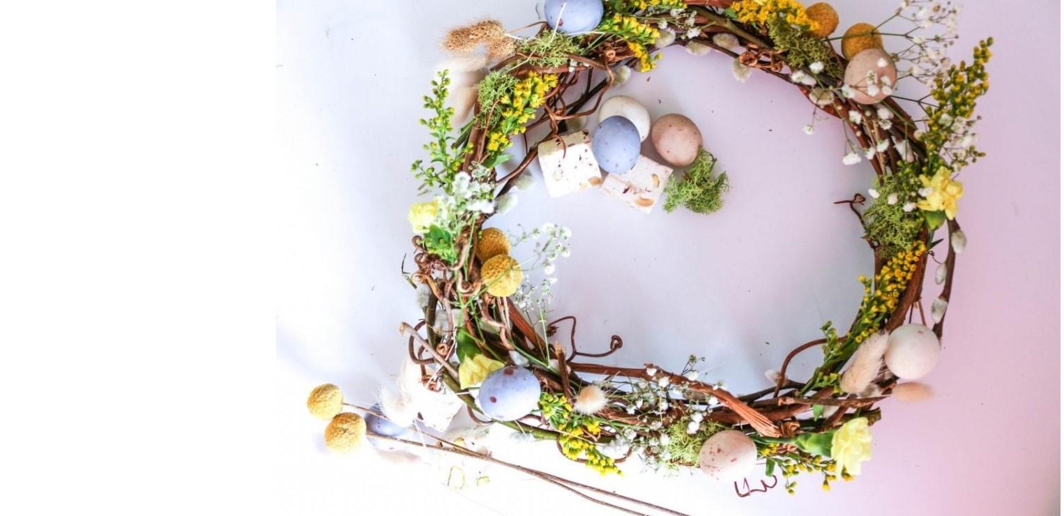 Couronne de Pâques faite par vous-même - avec des fleurs et des œufs