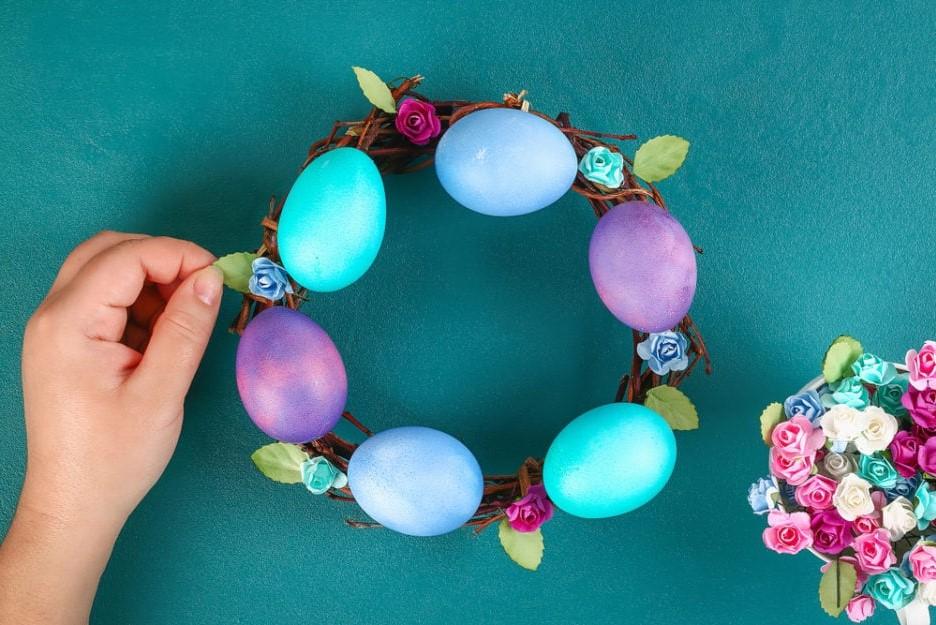 Une couronne de Pâques facile à réaliser par vous-même avec une forme de coeur