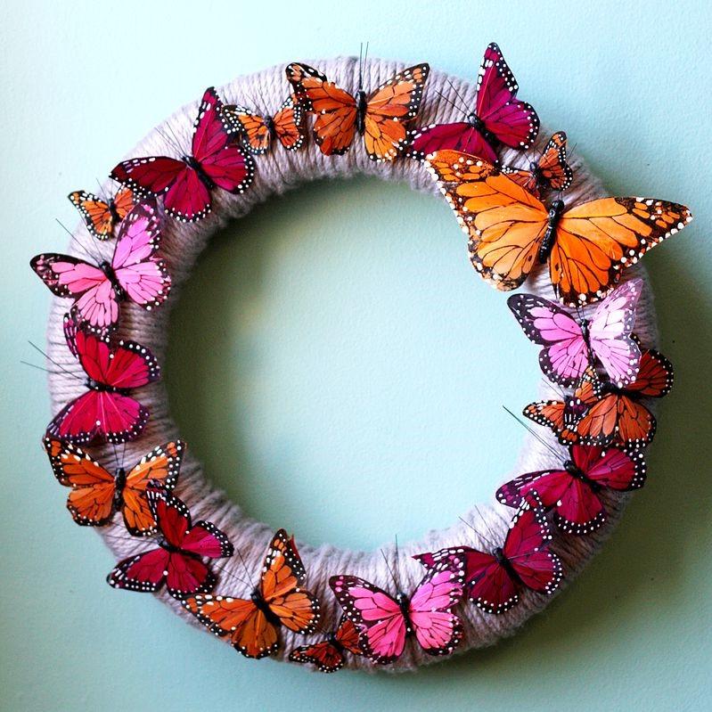 Une couronne de Pâques facile à réaliser soi-même avec des papillons