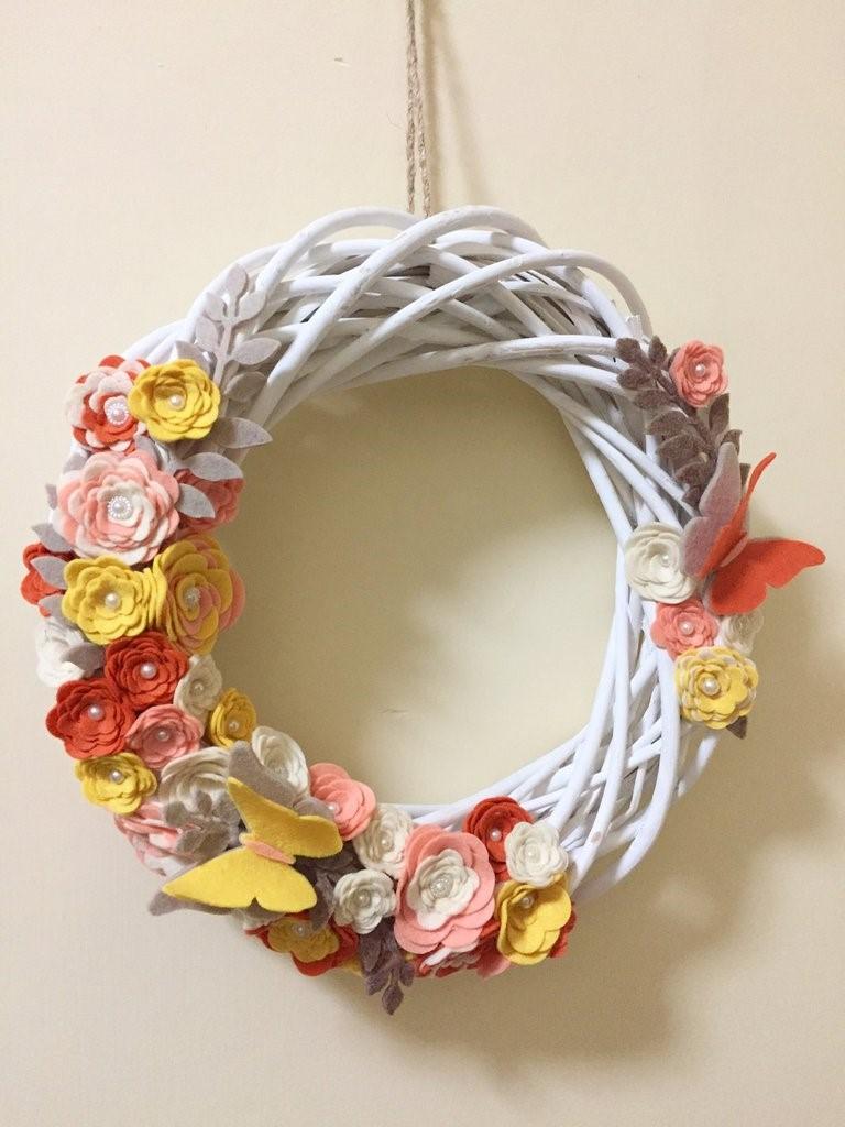 Une couronne de Pâques facile à faire soi-même avec des fleurs en papier