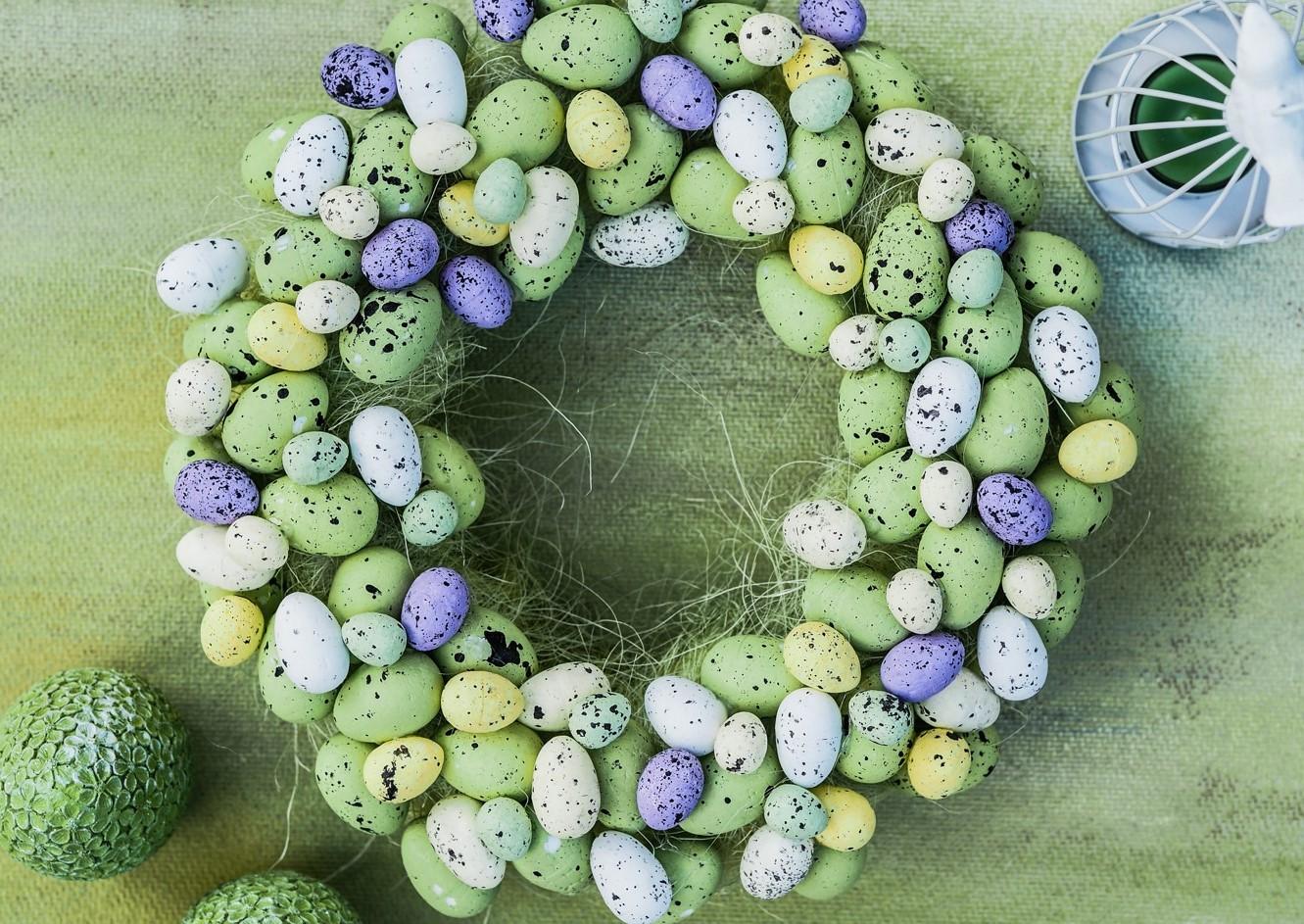 Couronne de Pâques à faire soi-même avec plein d'oeufs