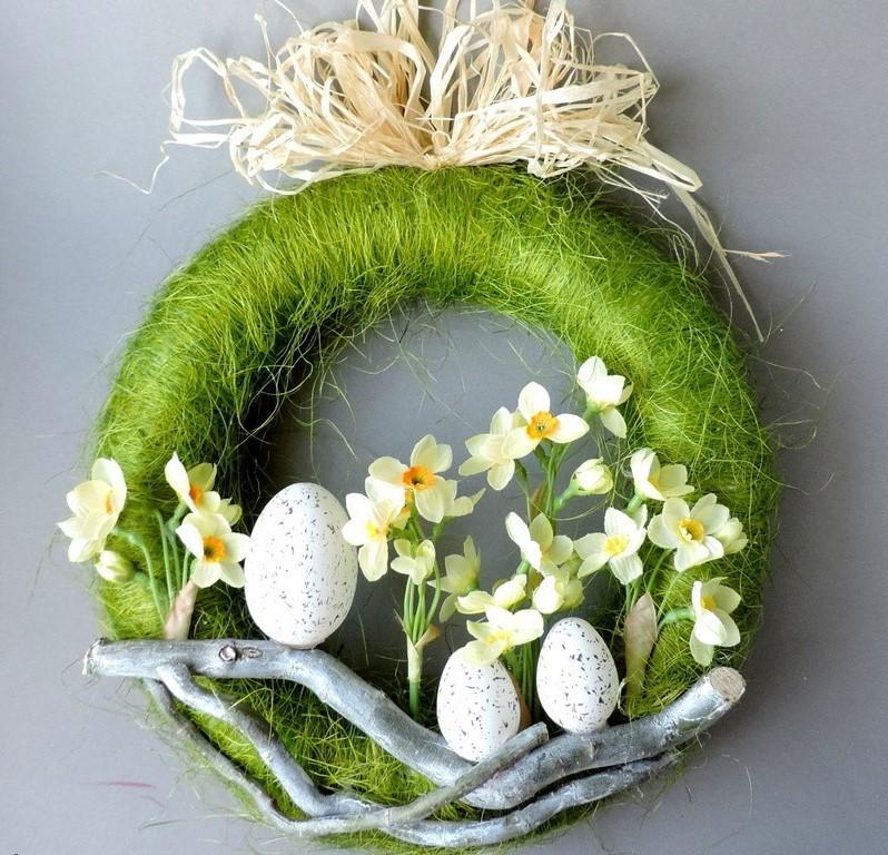 Faites votre propre couronne de Pâques avec des œufs et des rubans en papier