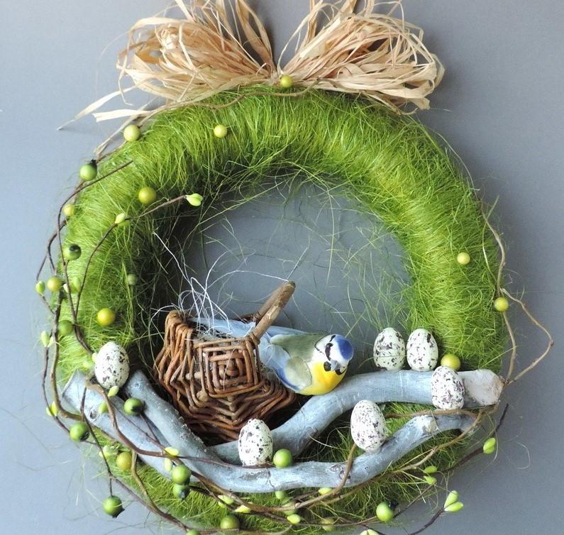 Faites votre propre couronne de Pâques avec des oiseaux et des rubans en papier