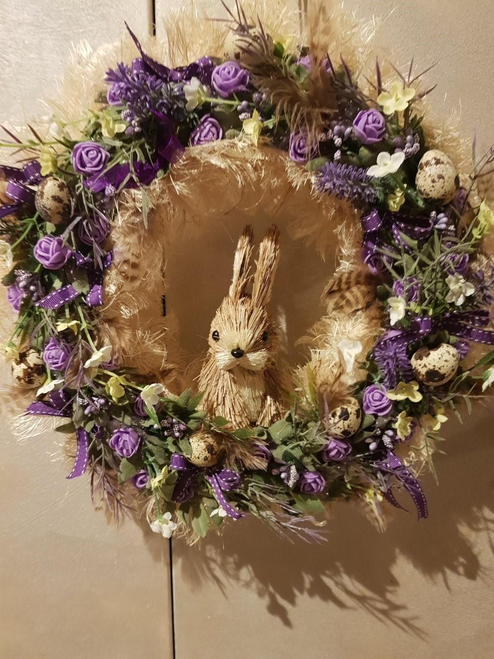 Une grande couronne de Pâques à faire soi-même avec un lapin