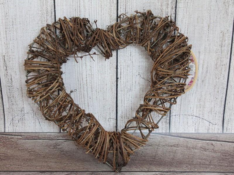 Une couronne de Pâques faite par vous-même - en forme de coeur