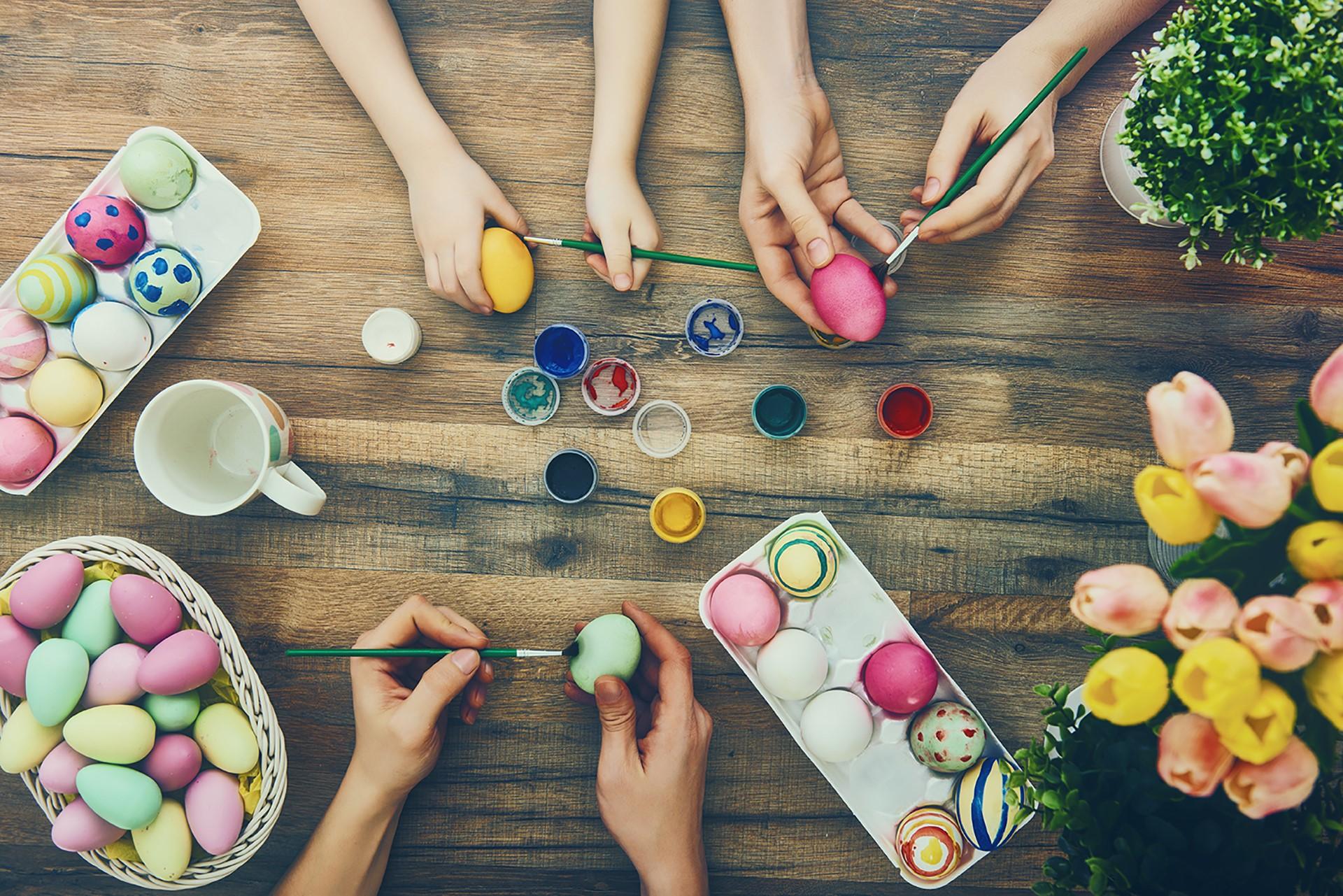 Déco de Pâques facile à réaliser : oeufs multicolores.