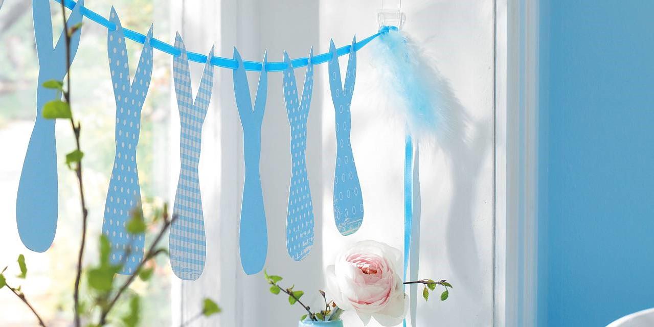 Guirlande DIY en papier bleu pastel.