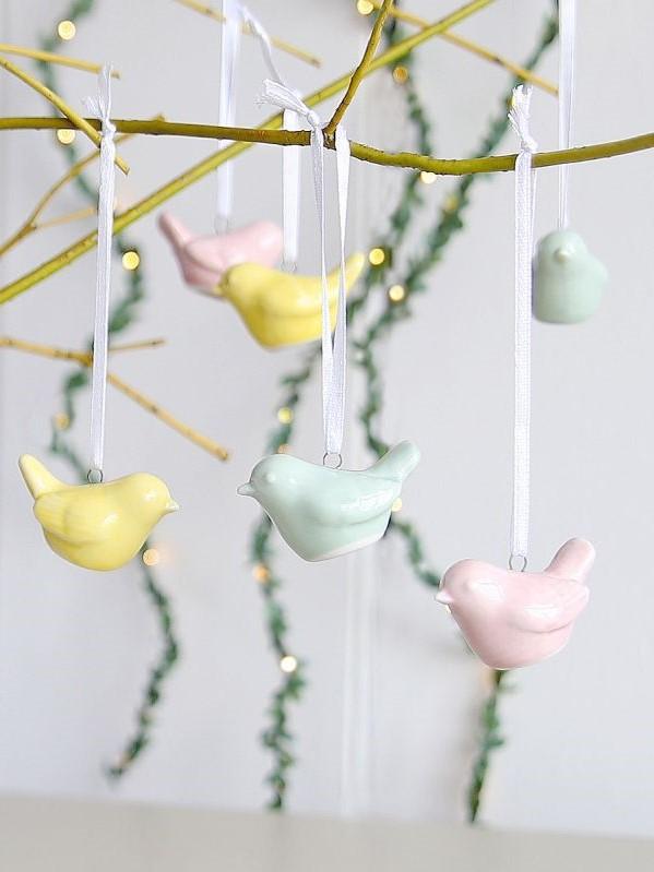 Décoration de printemps: arbre de Pâques décore de oiseaux multicolores.