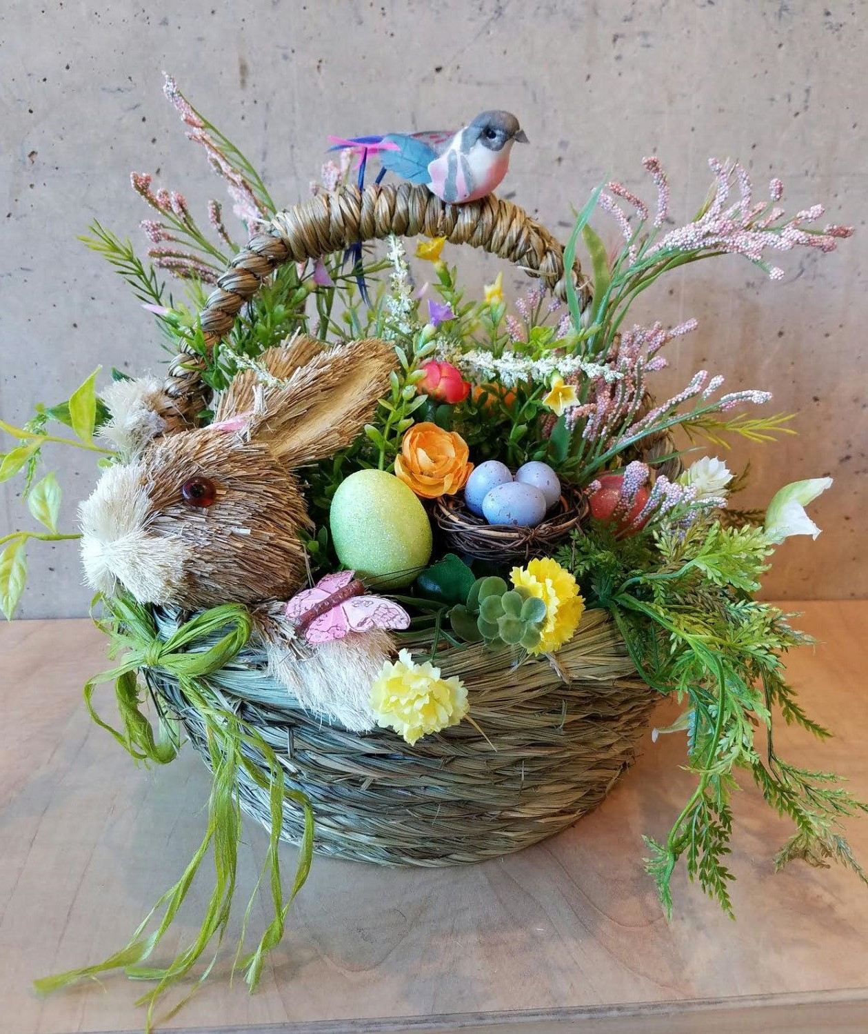Panier de fleurs décoratives pour la fête.