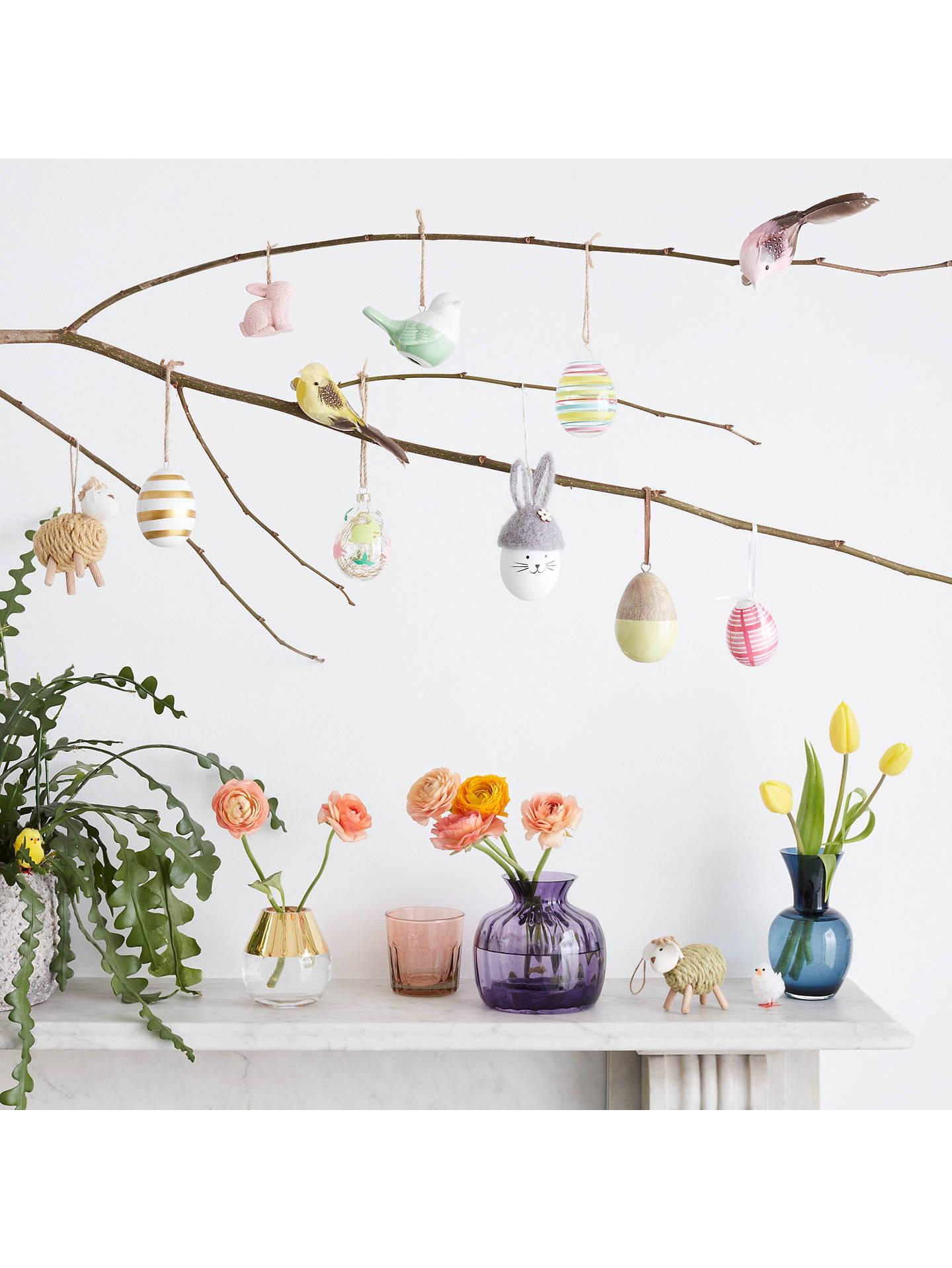Déco de Pâques: arbre décoré d'oeufs multicolores.