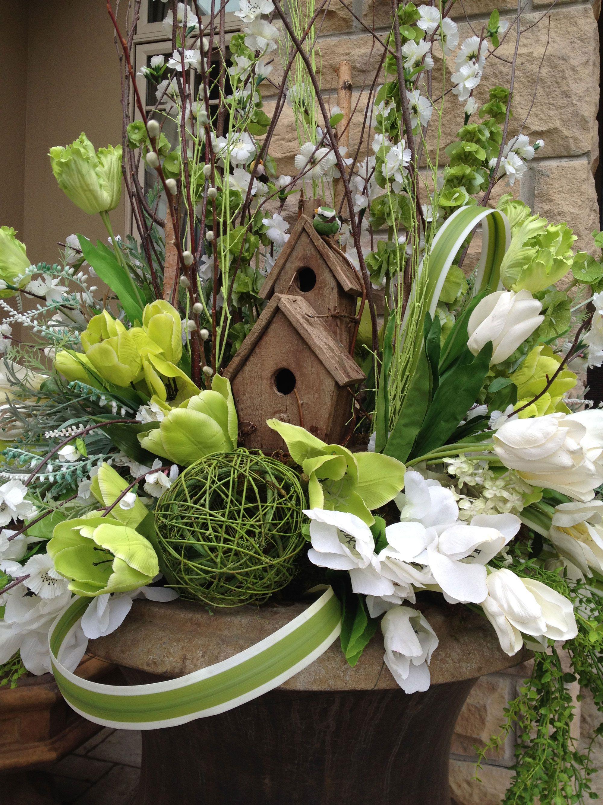 Maisons d'oiseaux et fleurs pour la décoration de Pâques