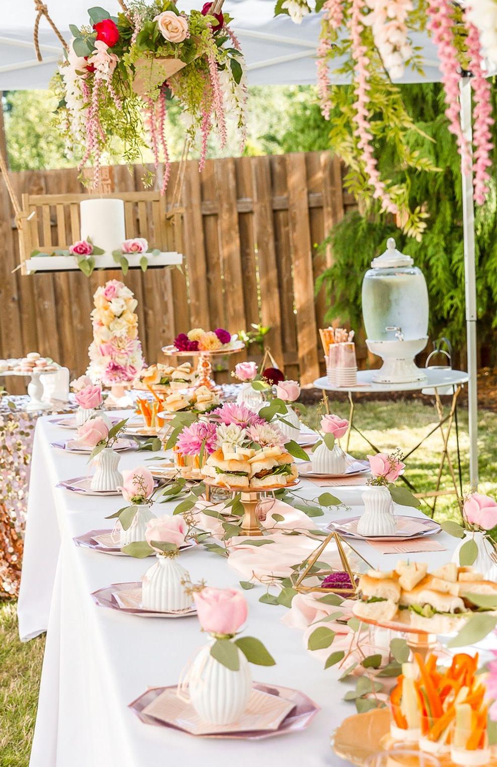 Décoration de table colorée pour Pâques à l'extérieur